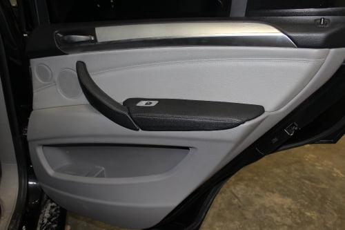 BMW X5 E70. Перетяжка подлокотников и дверной ручки_5