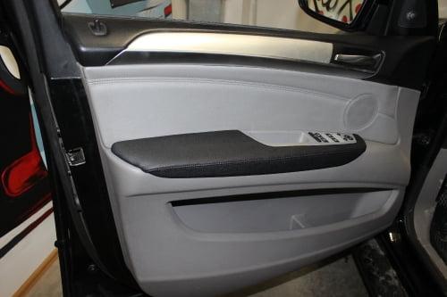 BMW X5 E70. Перетяжка подлокотников и дверной ручки_6