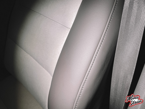 Audi A4. Перетяжка передних сидений, руля и подлокотника_4