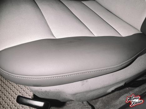 Audi A4. Перетяжка передних сидений, руля и подлокотника_7