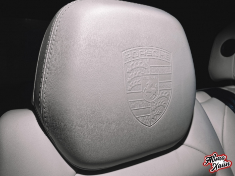 Porsche Cayenne. Тиснение логотипа на подголовниках_4